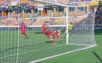 David Edgar impide el gol de la ventaja de Jamaica