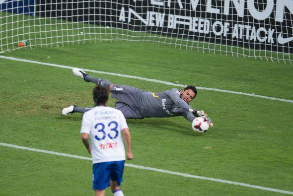 Alfredo Talavera tuvo una gran noche en la que evitó goles de Cruz Azul....