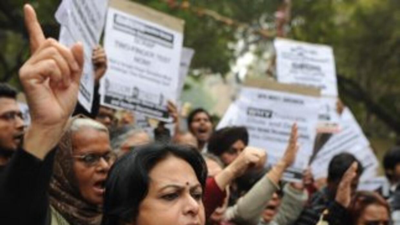 Cientos de residentes -principalmente mujeres- expresaron su ira y exigi...