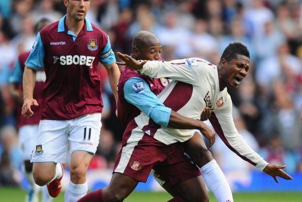 Y como la cosa va de cargar a alguien, Asamoah Gyan quiere llevarse carg...