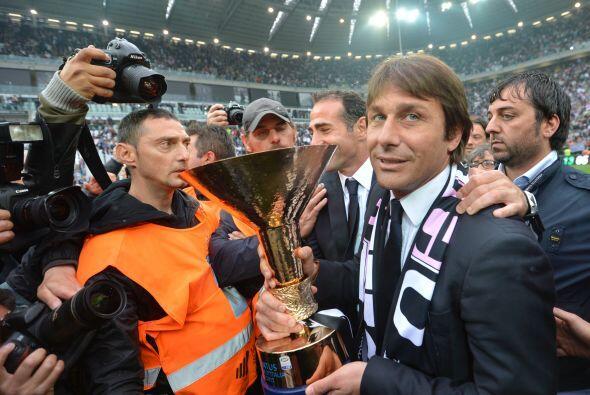 Antonio Conte, entrenador del cuadro juventino, con el trofeo.