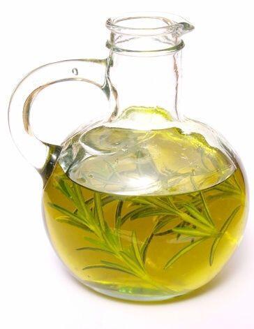 El aceite de romero estimula los folículos para que produzcan nue...