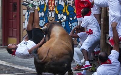 Un corredor sintió las astas de un toro de la ganadería Ce...