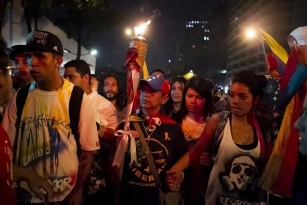 Los universitarios pidieron a los manifestantes que llevaran una vela a...