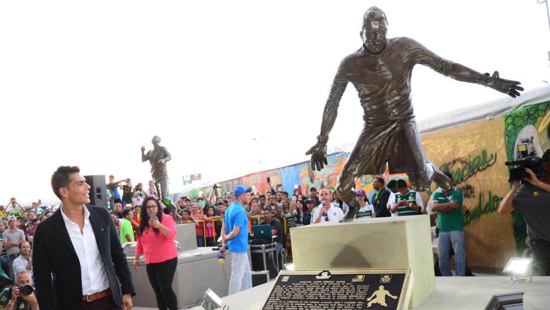 Oswaldo Sánchez junto a la estatua erigida en su honor.