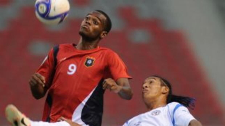 Deon McCaulay, de rojo, fue el máximo goleador de las eliminatorias.
