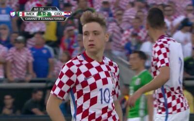 Tarjeta amarilla. El árbitro amonesta a Duje Cop de Croatia