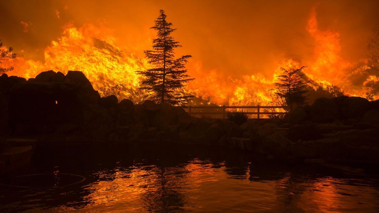 Incendio en California sigue avanzando y amenaza miles de casas