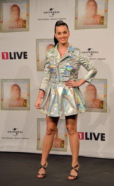 Tal vez Katy Perry tiene miedo de salir de la vista del público,...
