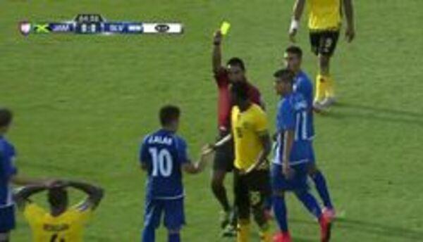 Tarjeta amarilla. El árbitro amonesta a Je-Vaughn Watson de Jamaica