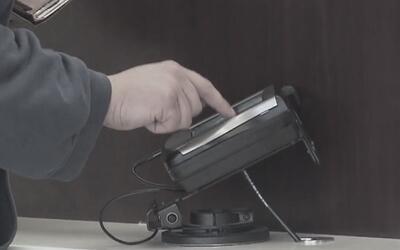 Arrestan a dos hombres por robar 108 tarjetas de crédito