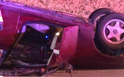 Accidente vehicular deja atrapada a una persona debajo de un auto