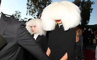 No es la primera vez que el alter ego de Sia, Maddie, sale en la lista d...