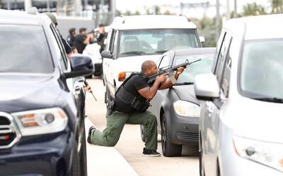 Las fuerzas de seguridad responden al tiroteo en el aeropuerto de Fort L...