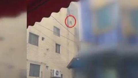 Una madre lanza a sus hijos por la ventana para salvarlos de morir incen...