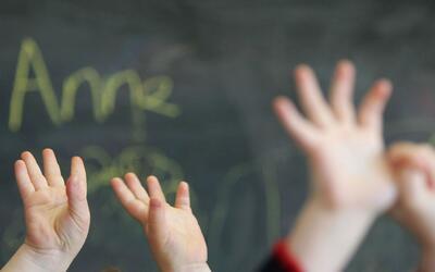 Latinos exigen que la escuela New Field aclare por qué su hija con autis...