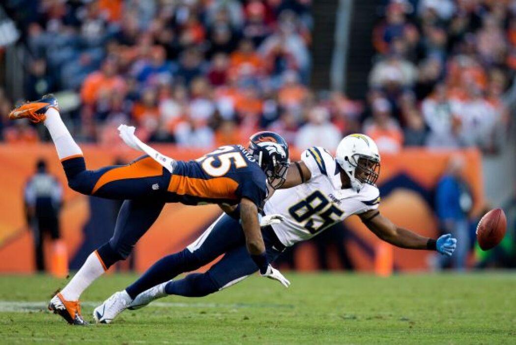 El esquinero de los Broncos, Chris Harris #25, hizo que el ala cerrada A...
