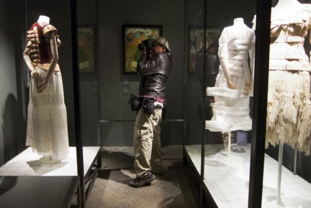 También se exponen tres vestidos en flores, encaje y algodón diseñados p...