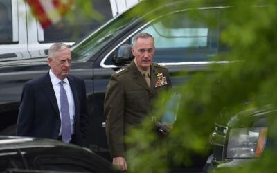 El secretario de Defensa y el jefe del comando conjunto de las Fuerzas A...