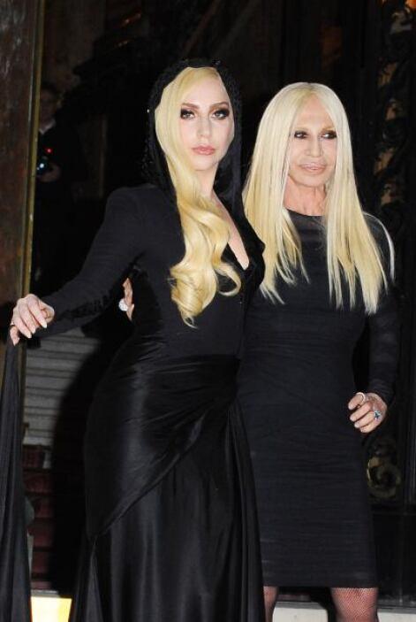 ¿Un dúo fúnebre? ¡No, son Lady Gaga y Donatella Versace! Mira aquí los v...