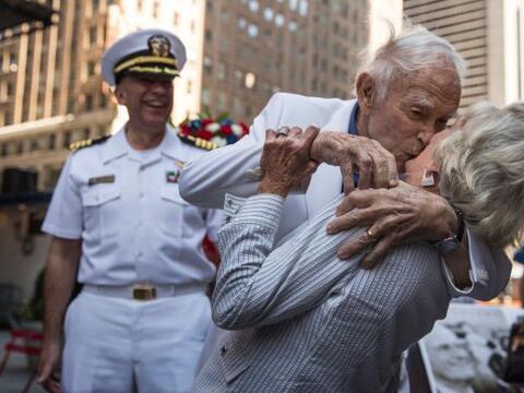 El veterano Sydnor Thompson, de 90 años, besa a su esposa, Harrie...