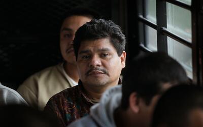 Inmigrantes indocumentados a bordo de un autobús rumbo a un puest...