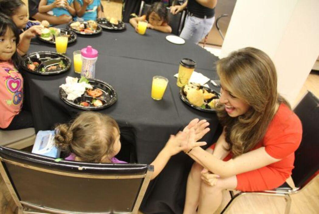 Nuestra presentadora Heidi Renpenning con una de las pequeñas asistentes.