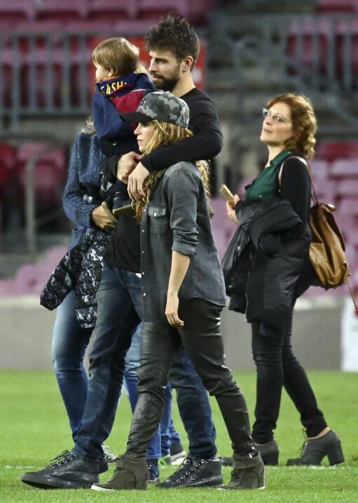 Los famosos con sus pequeños en el campo de fútbol del Barcelona.