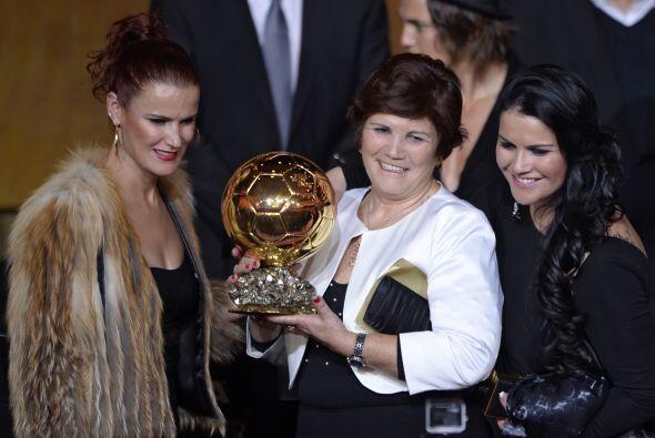 La madre de Cristiano, Dolores Aveiro, posó orgullosa con el trof...