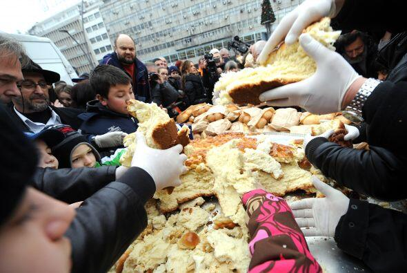 En Belgrado los cristianos ortodoxos serbios comparten el tradicional pa...