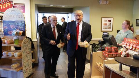 Donald Trump y el ex alcalde de Nueva York, Rudy Giuliani, visita un res...