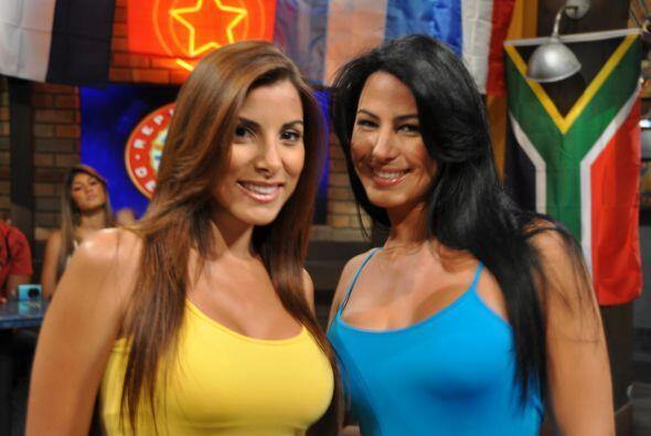 Natialia y Alba llegaron solas el domingo al bar de la República...
