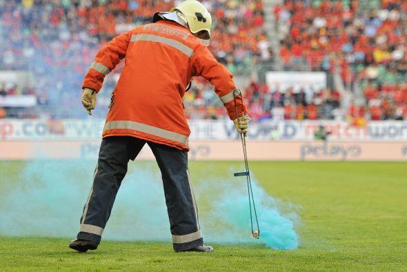 Un bombero tuvo que sacar unos juegos pirotécnicos del campo que fueron...