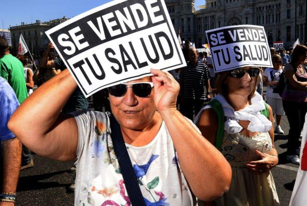 Manifestantes en Madrid en contra de los recortes presupuestarios y los...