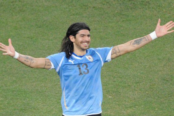 El uruguayo Sebastián Abreu siempre juega con la camiseta con el...