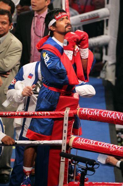Antes de empezar la pelea Pacquiao mostró su nueva fe con sus rezos.