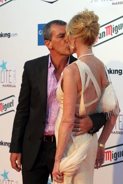 Antonio Banderas dándole un besito a Melanie en una alfombra roja.  Mira...