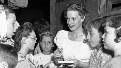 Maureen O'Hara firmando autógrafos en 1950.