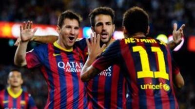 Messi hizo el segundo gol del Bareclona y lo celebra con Neymar y Cesc.