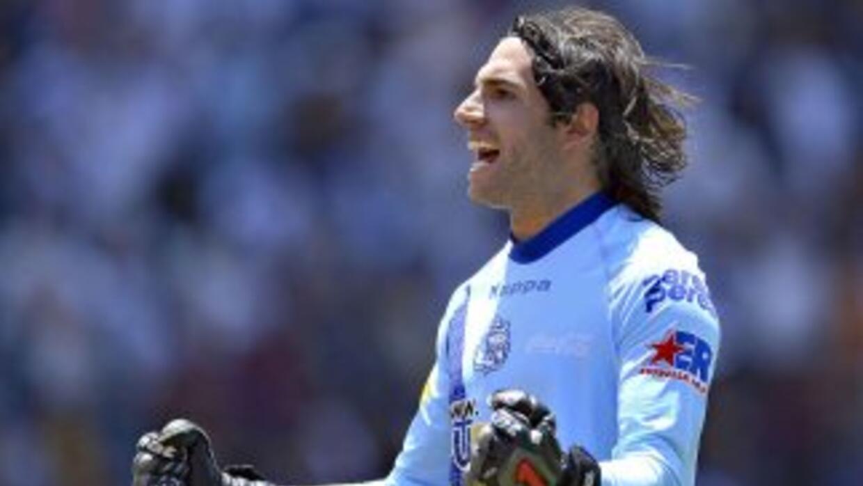 El arquero Villalpando festeja uno de los tres goles de su club.