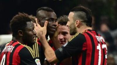 Balotelli celebra su gol con sus compañeros.