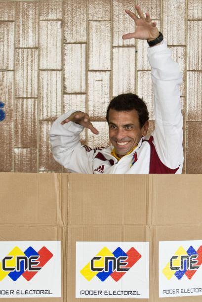 Rodeado de sus partidarios y acompañado de su madre, Capriles vot...