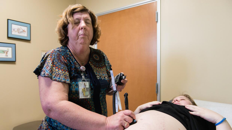 Vyn Wayne, enfermera de la Clínica Sierra Vista, en Bakersfield, Califor...