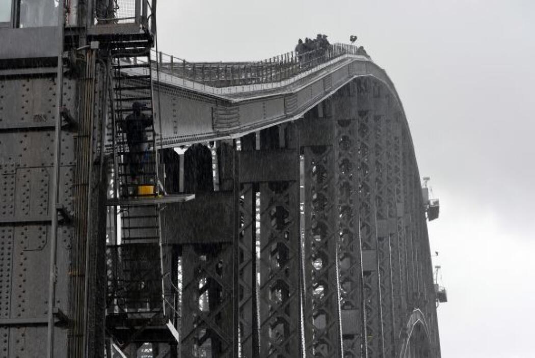 Escaladores caminan hacia la cima del puerto a través de este puente par...