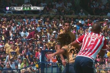 Polémico penalti de Salcido a Britos y Eduardo Herrera adelanta a los Pumas
