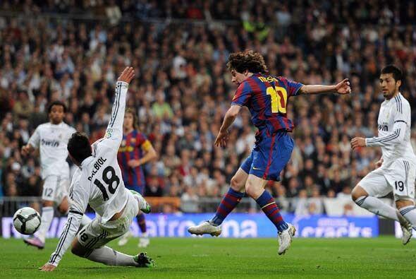 En el minuto 32 Messi recibió un pase de Messi, quebró a Albiol y chutó...