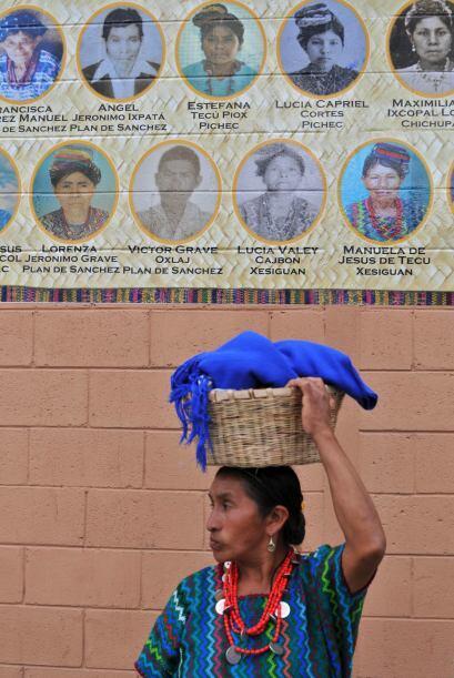 El mural muestra más de dos mil fotos de víctimas  del Ejército entre 19...