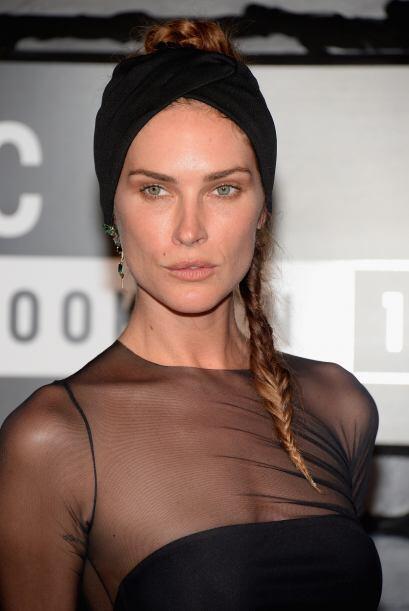 Erin Wasson decidió ir con un estilo casual al atar un pañuelo a su cabe...