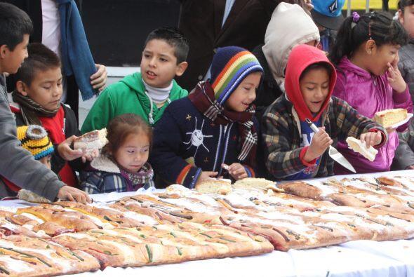 El mandatario capitalino ayudó a los niños a cortar las primeras porcion...