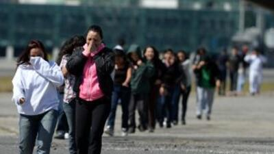 Un grupo de inigrantes deportadas por la Oficina de Inmigración y Aduana...